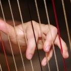 Des doigts sur les cordes